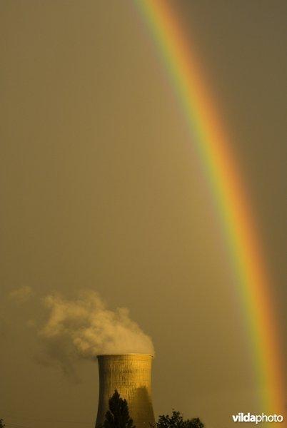 Regenboog met koeltoren
